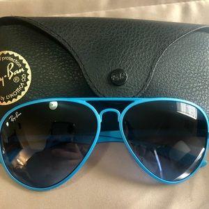 Ray-Ban Aviator Classic sunglasses w/ blue frames!